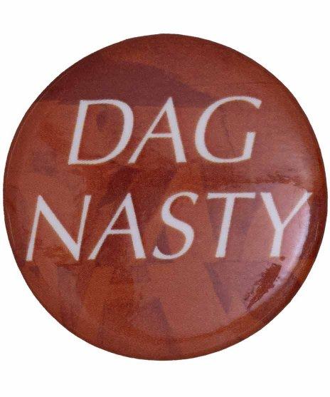 Dag Nasty ( ダグナスティー ) バンド缶バッジ ロゴカラー:チャコール<br>サイズ:32mm<br>チャコールがベースにダグナスティーのロゴのデザインです。