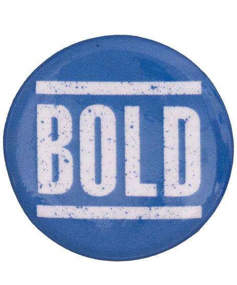 Bold バンド缶バッチ ホワイト × ブルーカラー:ネイビー × イエロー<br>サイズ:32mm<br> 定番のネイビーベース × イエローの配色