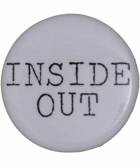 Inside Out バンドロゴ缶バッチ  ホワイト×ブラックカラー:ホワイト<br>サイズ:32mm<br>Inside Outのロゴ