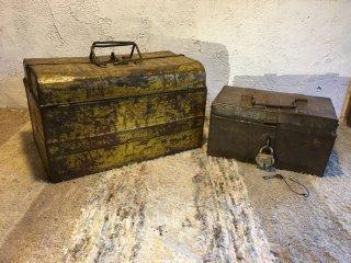 インドの古いツールボックスと錠前付きの鉄箱