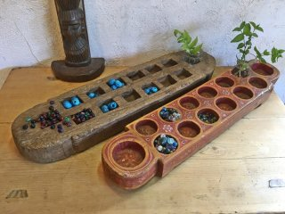 インドの古いマンカラの台(ゲーム盤)ガラスビーズ付