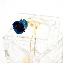青いバラの蕾とパールのネックレス・ブルーローズジュエリー