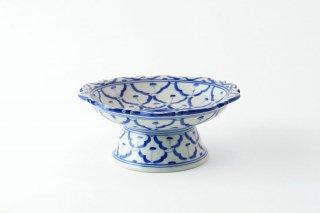 [ランパーン(タイ)]<br>青と白の模様がきれいな台付きの皿(中)
