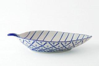[ランパーン(タイ)]<br>青と白の模様がきれいなリーフ皿(大)