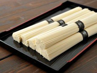 【会員登録でさらにお得!!】絹肌の貴婦人 手延素麺 黒銀帯 中細 古物 90束 (50gx90束) 簡易箱