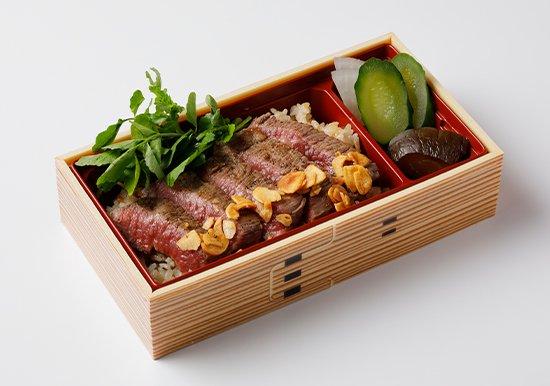 沖縄のブランド牛・もとぶ牛の、ステーキ弁当の写真