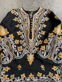 【1970s EMBROIDERED BLACK BOHO TUNIC TOP】