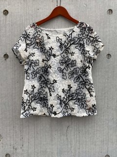 <img class='new_mark_img1' src='https://img.shop-pro.jp/img/new/icons20.gif' style='border:none;display:inline;margin:0px;padding:0px;width:auto;' />【EMBROIDERED MESH TOP】