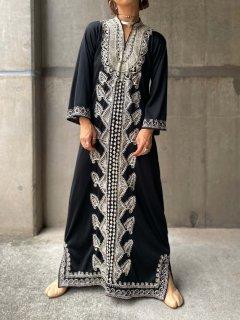 【1970s EMBROIDERED BLACK KAFTAN DRESS 】