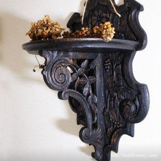 迫力の彫刻に込められた造り手の想い/ Antique Pierced Carved Wall Shelf