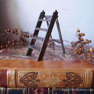 小さな妖精が担ぐ折りたたみ梯子 / Victorian Miniature Folding Ladder