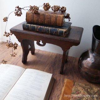 用の美を思わせる精霊の台 / Antique Arts & Crafts Style Oak Small Stand