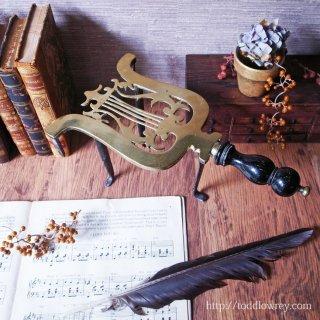 炎の傍の美しき竪琴 / Antique Victorian Brass Trivet with Wooden Handle