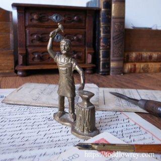 手のひらに乗るブラックスミス / Vintage Brass Blacksmith Figure