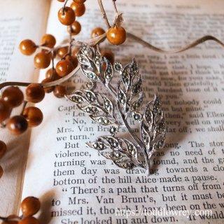 軽やかに輝くリーフモチーフ / Vintage Marcasite Leaf Brooch