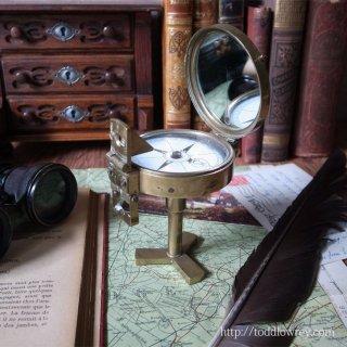 冒険心をくすぐる機能美 / Vintage Prismatic Marching Compass on Stand