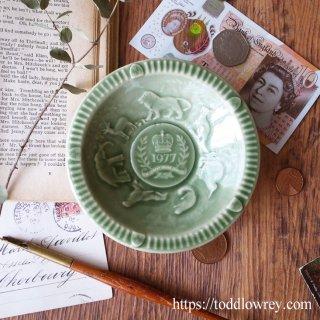 女王戴冠25周年を祝う7カ国の動物達 / Vintage Queen Elizabeth II Silver Jubilee Embossed Dish by WADE -1977 Celadon