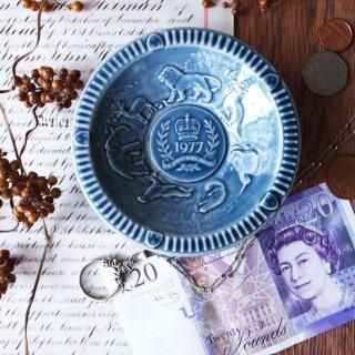 エリザベス女王戴冠25周年を祝う / Vintage Queen Elizabeth II Silver Jubilee Embossed Dish by WADE -1977 Indigo