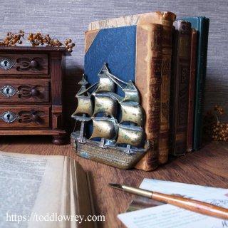 トラファルガーの海戦へ想いを馳せる /Antique Brass Ship Book Ends