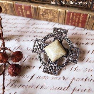 太陽をもつ苔色の十字架 / Vintage Celtic Cross Brooch