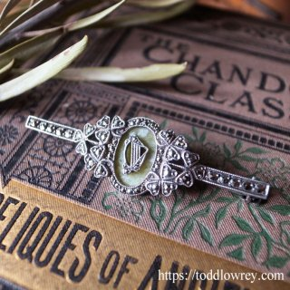 アイルランドのシンボルを精緻な細工で堪能する / Vintage Silver Marcasite & Connemara Mable Brooch