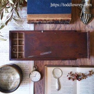 細かなパーツを仕舞う職人の指を想う / Antique Watchmaker's Wooden Box