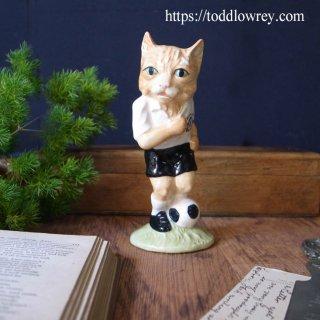 フィールドを駆け抜けるドリブル猫 / Vintage BESWICK Football Cat Figure