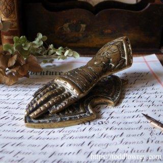 中世の騎士に託して / Antique Brass Gauntlet Desktop Paperclip