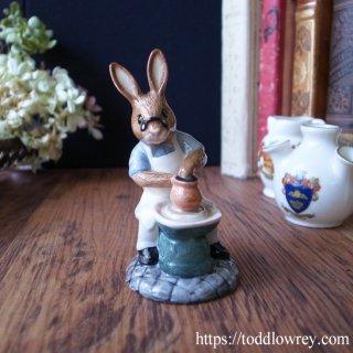 地道にコツコツと頑張る陶芸親方ウサギ / Vintage Royal Doulton