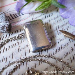 女神の名をもつ銀のケース/ Antique Silver Vesta Case with Silver Cable Chain