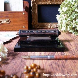 漆黒の台座が時代を映すアール・デコのデスクカレンダー / Antique Art Deco Black Fader Bakelite & Chrome Perpetual Desk Calendar
