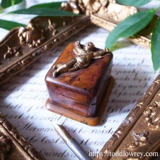 金の天使舞うオリーブの小箱/ Antique Olive Wood and Brass Cherub Stamp Box