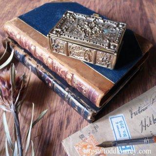 北の大地に揺れるアザミと悲劇の女王 / Antique Victorian Brass Bible Trinket Box