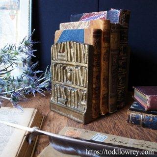 奇妙な妄想を誘う小さな書棚 / Vintage Brass Bookends Bookshelf Design