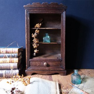 3段の棚板に何を飾ろう / Antique Small Cupboard