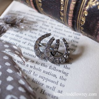 重なる幸運を呼び込む / Antique Edwardian Silver & Paste Double Horseshoe Brooch