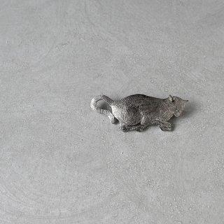 天野ミサ ブローチ「見つめるネコ」