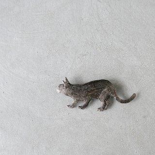 天野ミサ ブローチ「何かを見つけたネコ」