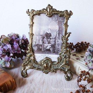 エドワーディアンの少年と共にロココスタイルを満喫する / Antique Rococo Style Photo Stand with Antique Postcard