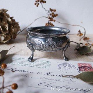 優雅な花の器をなにで満たそう / Antique Flower Caved Salt Bowl