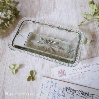 わずかなモスグリーンを潜ませた透明な矩形 / Antique Pressed Glass Square Dish