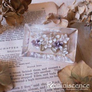 褪せた紫の小花を閉じ込めて / Vintage Lucite Intaglio Brooch