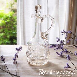 すらりと佇む透明な存在 / Antique Cut Glass Oil Bottle