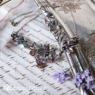 虹色に輝く木の実を愛でる / Vintage Leaf Motief Necklace