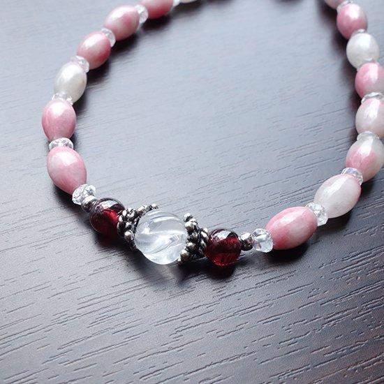 【練乳いちご】 ロードナイトシリカ レインボームーンストーン ミルキークォーツ ガーネット を使ったブレスレットの写真3 cute stone