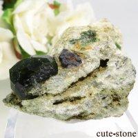 イラン Belqeys Mountain産のデマントイドガーネットの母岩付き原石 32gの画像