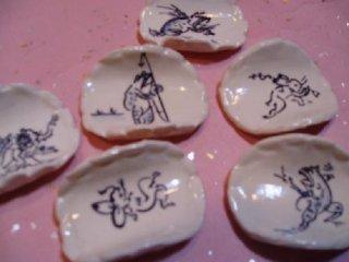染付鳥獣戯画ウサギ手描きソリ箸置(白色)