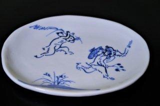 手描き染付鳥獣戯画追いかけっこ小判皿