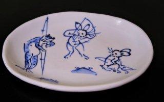 手描き染付鳥獣戯画弓矢小判皿