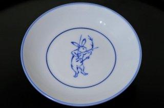 染付鳥獣戯画矢をつがえるウサギ4寸皿